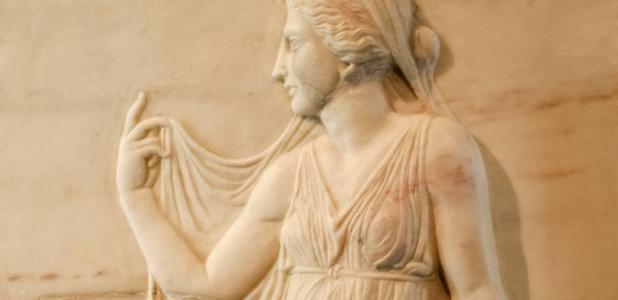 Relieve de mármol de una mujer romana de élite. La élite de Roma era conocida como los patricios. Fuente: amelie / Adobe Stock