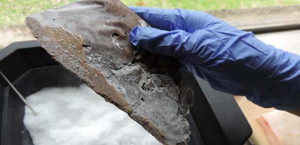 """Ejemplo de un cuchillo """"en forma de mano"""" durante el afilado con una lima de metal después de congelar. Fuente: Eren / Journal of Archaeological Science."""