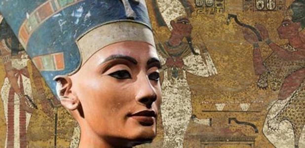 paredes de yeso intrincadamente decoradas en la tumba del rey Tut. Crédito: Factum Arte Insert: El busto icónico de Nefertiti, descubierto por Ludwig Borchardt, es parte de la colección del Museo Egipcio de Berlín, actualmente en exhibición en el Museo Altes (Dominio Público)