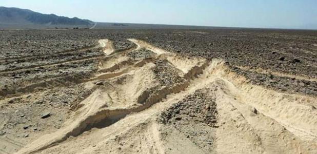 La imagen muestra el nivel de daño causado por el camión que conduce al sitio arqueológico protegido.