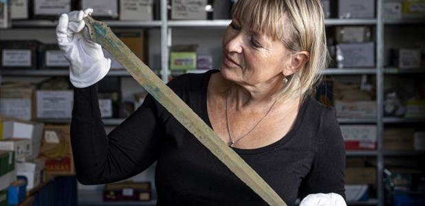 Martina Bekova del Museo Rychnov con la espada de la Edad de Bronce. Fuente: David Tanecek, CTK