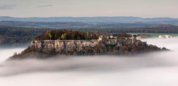 Fortaleza de Königstein en las nubes. Fuente: Michael/ Adobe Stock
