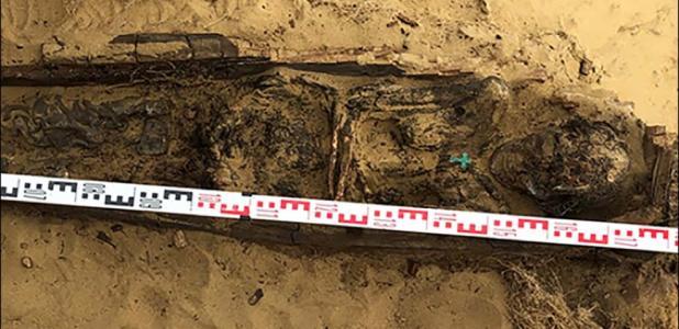En el verano de 2019 se encontró un cuerpo momificado excepcionalmente bien conservado de una mujer con ropa tradicional Yakut con una cruz de cobre en el pecho. Imagen: Elena Solovyeva