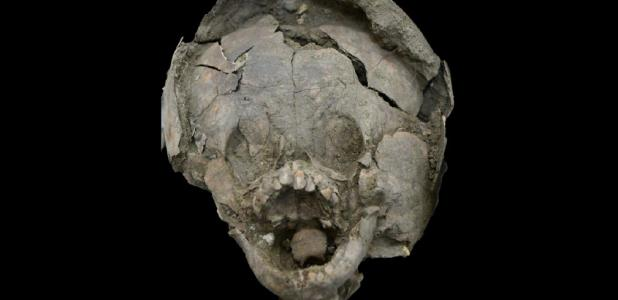 Bebé descubierto en Salango, Ecuador, con un casco de calavera. Fuente: Twitter.