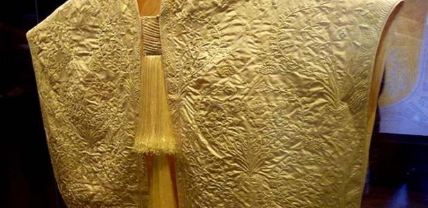 una capa hecha de seda de araña Madagascar Golden Orb expuesta en el museo Victoria y Albert de Londres. (CC BY SA 3.0)
