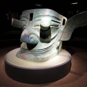Una gran cabeza de bronce con ojos saltones que se cree que representan los de Cancong, el primer rey semilegendario de Shu (Fuente: Wikipedia)