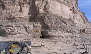 Cueva de Baigong, con una foto de la tubería en la parte inferior izquierda