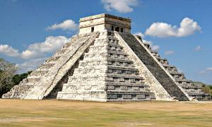 Pirámide de Kukulkán bajo la que se ha encontrado el cenote subterráneo