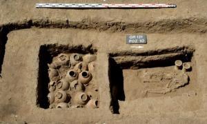 tumba con dos recámaras que contienen vasijas de piedra y un esqueleto
