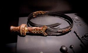 Una espada doblada bellamente decorada, 826-600 aC, parte de los hallazgos en la tumba de un noble en Oss en los Países Bajos.