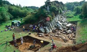 """la excavación de dos canteras en Gales por un equipo de arqueólogos y geólogos liderados por la UCL ha confirmado que son fuentes de las """"piedras azules"""" de Stonehenge y arrojó luz sobre cómo fueron extraídas y transportadas."""
