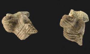 Fragmentos de una estatuilla femenina de Hohle Fels al suroeste de Alemania que datan del periodo Auriñaciense, hace aproximadamente 40 000 años.
