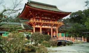 El santuario Kamigamo es un sagrario Shinto ubicado al noreste de Kyoto y fue fundado en el 678. Es uno de los sagrarios Shinto más antiguos de Japón y fue declarado Patrimonio de la Humanidad por la UNESCO.
