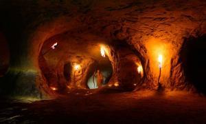 Un mago en una cueva (fotofrank / Adobe Stock)