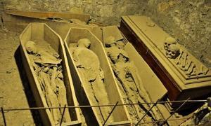 Las personas están sorprendidas e indignadas por el vandalismo en la iglesia de San Michan y su cripta. Están especialmente molestos por la profanación de la momia del Cruzado.
