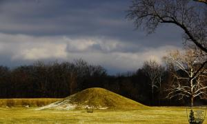 Un montículo fúnebre de la cultura Hopewell del Mound City Group en Ohio