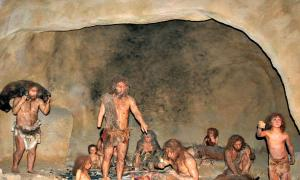 Portada-Recreación de la vida cotidiana de una comunidad Neanderthal. Interior del Museo Neanderthal en Krapina, Croacia (Tromber / CC BY-SA 4.0)