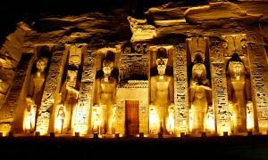 Portada-Fotografía nocturna de la fachada del Templo de Nefertari, Abu Simbel, Egipto. (Ángel Aroca Escámez/CC BY-SA 3.0)