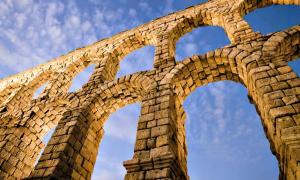 Portada - Vista desde los pilares de la arquería del acueducto, donde se puede apreciar la completa ausencia de argamasa entre sus sillares. (David Corral Gadea/CC BY-SA 3.0)