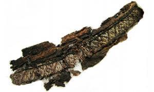 Portada - Una de las bandas de seda bordadas con la palabra 'Alá' halladas en una tumba vikinga. Fotografía: Annika Larsson