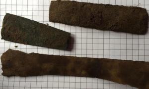Portada-Armas de bronce quebradas (hojas de espada y puntas de lanza) descubiertas por los arqueólogos en la Isla de Coll, al oeste de Escocia. Según las dataciones, su antigüedad es de 3.000 años. Fotografía: RSPB Scotland