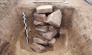 Portada-En este pozo del asentamiento romano de Gernsheim se han encontrado bloques de arenisca, probablemente colocados ahí por gentes de la época medieval o incluso de una época posterior. (Imagen: Thomas Maurer).