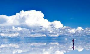 En la planicie salada del Salar de Uyuni boliviano se reflejan las montañas y las nubes con una claridad sorprendente. (Fotografía: La Gran Época)
