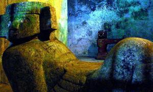 Portada - Estatua del dios Chac-Mool situada en el interior de una de las cámaras de la pirámide de Kukulcán en Chichén Itzá, México (Dominio público); detalle.
