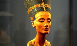 Portada-Busto de Nefertiti, del escultor real Tutmose o Dyehutymose (1330 a. C.) Neues Museum, Berlín. (Flickr)
