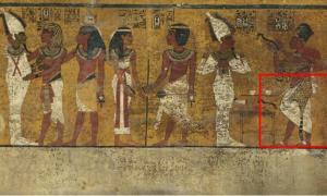 Portada-Los exámenes realizados sobre el muro norte de la cámara funeraria del faraón Tutankamón han revelado un posible hueco (rectángulo rojo) bajo la intrincada decoración del revestimiento del muro y que el Dr. Reeves cree que podría tratarse de una puerta oculta, que quizás daría a la cámara funeraria de Nefertiti. Imagen: Factum Arte.