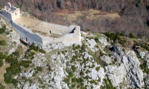 Portada-Vista aérea del Castillo de Montségur. (MDanis/CC BY-SA 3.0)