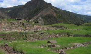 Portada-Ruinas de Chavín de Huántar en Perú, emplazamiento que según un investigador podría haber sido el mítico hogar de la antigua Górgona griega. (Sharon odb/Wikimedia Commons)