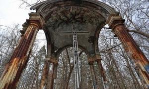 Portada - El altar, una de las pocas estructuras que aún se conservan de la 'Casa del Infierno', el antiguo St. Mary's College. Fotografía: Atlas Obscura