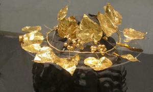 Portada-La corona de oro con bayas y hojas de hiedra descubierta en la rica tumba hallada en Solos, al norte de Chipre. (Wikimedia Commons)