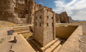 Portada - El Cubo de Zoroastro en Naqsh-e Rustam - una antigua necrópolis ubicada en la provincia iraní de Fars, con un conjunto de antiguos relieves persas de los períodos aqueménida y sasánida grabados sobre la roca. Fuente: Herbert Karim