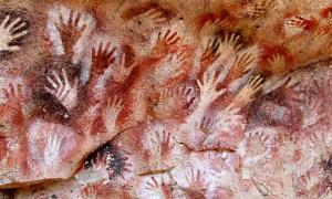 Portada-Detalle de las pinturas rupestres descubiertas en la llamada Cueva de las Manos, situada sobre el río Pinturas en la provincia de Santa Cruz, Argentina, y datadas en torno al año 7350 a. C. (Public Domain)