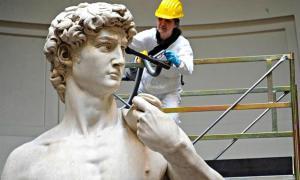 Portada - El famoso David de Miguel Ángel es sometido a trabajos de limpieza y mantenimiento. (Fotografía: EFE/S. TAUS /ABC Cultura)