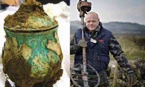 Portada - Izquierda: Urna carolingia de aleación de plata, parte del tesoro. Derecha: Derek McLennan, descubridor del tesoro oculto en unos terrenos de la Iglesia de Escocia. Fotografía: Jamie Simpson