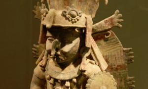 Portada-Escultura de terracota del dios maya de la lluvia Chac expuesta en el Museo de Young, San Francisco. Fotografía: Public Domain