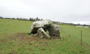 Portada-La tumba dolmen de Killaclohane, en el condado de Kerry. Se han descubierto en ella los restos de dos individuos de la Edad de Piedra. Actualmente se está trabajando para preservar este magnífico dolmen. (Foto: Dr. Michael Connolly)
