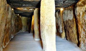 Portada - Fotografía del interior del Dolmen de Menga, Antequera, España. (Olaf Tausch/GNU)