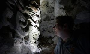 Portada-Garrison encuentra una máscara de piedra en el interior de una de las pirámides de la antigua ciudad maya de El Zotz. (USC Photo/Robert Perkins)