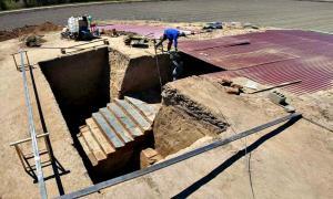 Portada - La monumental escalinata de la época tartésica descubierta en el yacimiento del Turuñuelo de Guareña (Badajoz). (Fotografía: Santi Burgos/El País)