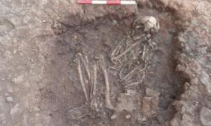 Portada-Esqueleto de la Edad del Bronce descubierto en Stragglethorpe (Inglaterra), en el curso de los trabajos arqueológicos previos a la realización del proyecto de la Highways Agency en la localidad. Imagen meramente ilustrativa. (CC BY 2.0)