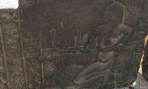 Portada-Grabado del santuario descubierto recientemente en El Cairo en el que aparece representado Nectanebo I, uno de los últimos faraones de origen egipcio que reinó antes de la conquista de Alejandro Magno. (Ahram Online photo)