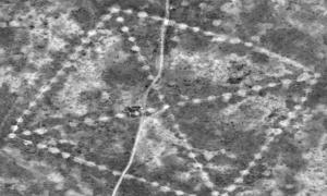 """Portada-La silueta de uno de los enormes geoglifos de Kazajistán fotografiada desde el espacio. A esta figura se le ha dado el nombre de """"Ushtogay Square"""" (el Cuadrado de Ushtogay), siendo Ushtogay la localidad más cercana a este geoglifo. Fotografía: Digitalglobe, a través de la NASA."""