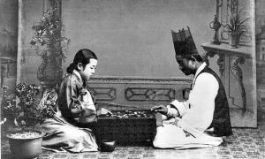 Portada-Jugadores coreanos, vestidos con ropajes tradicionales, juegan una partida de Go. Fotografía tomada entre 1910 y 1920. Biblioteca del Congreso de los Estados Unidos de América. (Public Domain)