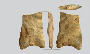 Portada-Las herramientas de piedra encontradas en Bear Creek incluyen las dos que aparecen en la foto de arriba y que presentan extrañas bases cóncavas. (Foto: PaleoAmerica journal)