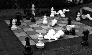 Portada-Fotografía de una partida de ajedrez en un tablero de un parque público. (Flickr)