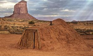 Portada - 'Hogan', vivienda tradicional de los Navajos, Monument Valley (Public Domain). Las leyendas de los Navajos hablan de una raza de gigantes blancos a la que llaman 'Starnake'.